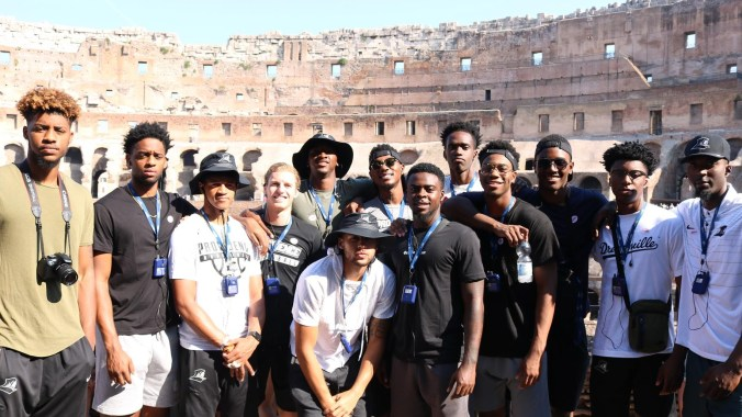 9_Team_Picture_at_the_Colosseum.jpg